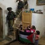 Palestine : Des soldats israéliens occupent la maison d'une famille palestinienne pendant Pessah, la Pâque juive