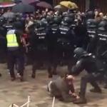 Dictature en marche : Images impressionnantes de violences policières contre les Catalans se rendant aux urnes