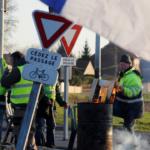Des Gilets jaunes viennent en aide à des policiers embourbés (VIDEO)