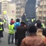 Vidéo du jour : Gilets jaunes,  La porte a cédé ! … À la bonne santé les gueux !