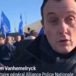 Le 5 décembre, grève générale en France. Certains CRS déposent casques et matraques
