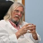 """Didier Raoult et la guerre ouverte déclarée contre lui par """"Big Pharma"""" et les gouvernements"""